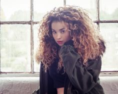 Ella Eyre I want her hair like dat Ella Eyre, Divas, Curly Hair Styles, Natural Hair Styles, Playing With Hair, Dream Hair, Natural Curls, Messy Hairstyles, Gorgeous Hairstyles