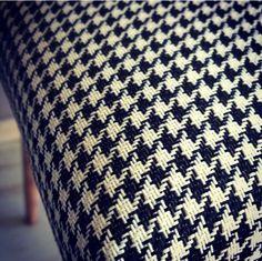 Przepiękna, grubo pleciona tkanina w pepitkę.  Idealne ubranie dla krzesła z lat 60. Zobacz więcej na https://www.mybaze.com/pl/hogofogo