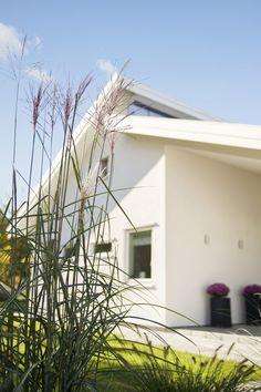 Solängen är ett stort enplanshus med ett modernt och inspirerande yttre och ett välplanerat och attraktivt inre. Vardagsrummet erbjuder volym och trivsamt ljus under ett elegant snedtak. Även köket är stort och öppet och ligger i direkt anslutning till matrummet. Solängens entré är inbjudande och skyddad under tak. För en mer traditionell stil kan man …