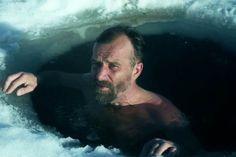 Wim Hof a intrat în Cartea Recordurilor datorită capacității sale de a rezista la temperaturi extreme. El a urcat pe Everest și Kilimanjaro doar în Wim Hof, Qigong, Cool Pictures, Photography, Fictional Characters, Spirit, Fire, News, Health