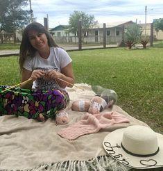 Cardigan Rose com Pérolas Cardigan Rosa, Picnic Blanket, Outdoor Blanket, Knit Cardigan Pattern, Wildfox, Round Sunglasses, Knitting, Lion Craft, Pink Trench Coat