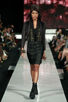 Malli kävelee kiitotien malleja Ali Charisma osana Dewi Fashion Knights 2010 näyttelyssä aikana Jakartassa muotiviikoilla 12. marraskuuta 2010 Jakartassa, Indonesiassa.