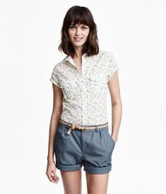 Figure-fit shirt in a cotton weave with short sleeves with a tab and button and breast pockets with a flap and button.