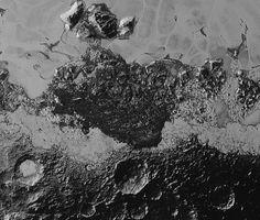 Toute la diversité géologique de Pluton est résumée sur cette image: «Des terrains sombres et anciens criblés de cratères d'impact, des terrains jeunes, clairs et lisses, des montagnes, et un énigmatique champ de crêtes noires qui évoquent des dunes. Leur origine est débattue.»