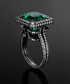 Jack Rose du anillo esmeralda Laberinto con 9.196ct esmeralda y diamantes 2.467ct establecidas en oro blanco ennegrecido (