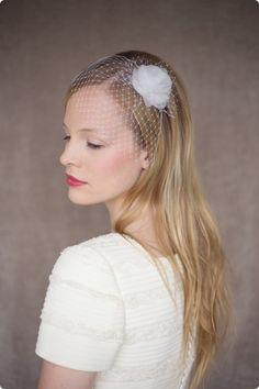 Rose, ein zartes Prachtstück zum Brautkleid. Der feine Birdcage Fascinator ist mit einer luftigen Organzaseidenblüte verziert.
