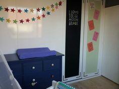 Kinderkamer van Rens. Ikea dressoir gepimpt met porseleinen knoppen. Een krijtbord en prikbord kast. Sterretjesslinger van de de hema.