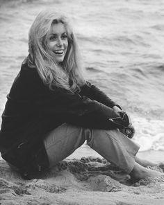 """Catherine Deneuve en el rodaje de la peli """"El amor es un extraño juego"""" en 1968"""