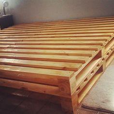 Cama tamanho CASAL feita de madeira de pallet (PINUS), composta de 4 pallets sobrepostos dois a dois perfazendo uma altura 29 cm (rodinhas - opcional). <br>Os pallets são unidos com auxílio de fechos metálicos. <br>Dimensão da cama de casal é 1,90 m x 1,40 m. <br>Para Cama tamanho QUEEN ou KING, entre em contato, peça orçamento. <br>Utilizo madeira maciça, certificada, cujo pallet é originário de indústria que o utiliza uma única vez. <br>Na fabricação os pallets originais são desmontados…