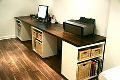 computertisch-selber-bauen-sehr-groß-und-modern - im arbeitszimmer mit holzboden