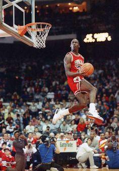Michael Jordan in the most epic NBA dunk contest photos ever taken. Michael Jordan Basketball, Jordan 23, Michael Jordan Dunking, Michael Jordan Dunk Contest, Jordan Bulls, Sport Basketball, Basketball Legends, Basketball Players, Basketball Fotografie