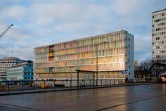 Vi Högdalens Centrum ligger Kvarteret Tvärslån ritat av SSARK. Fastigheten har 78 mindre lägenheter som är tänkta att fungera som ungdomsbostäder. Själva huset är byggt i prefabricerad betong och långsidor har olika karaktärer. Loftgångssidan mot tunnelbanan är klädd med semitransparent linitglas. Kvällstid är loftgångarna upplysta från insidan och förstärker då de färgade väggarnas effekt. Fler bilder efter hoppet…