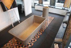 Banheira e lavatório coluna Mistery Grey - pavimento Rosso Damasco e Zimbabwe