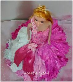 Linda !!!  Qual princesa que vai debutar não gostaria ter um vestido assim ???  Usei canutilho em todo o corpete do vestido  Alça e laço c...