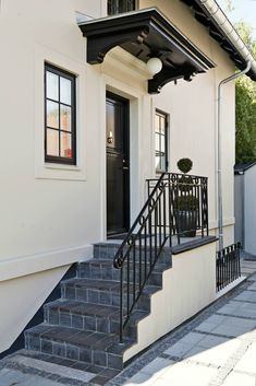 Individuelt tilpasset Stairway Railing Ideas, Outdoor Stair Railing, Front Porch Railings, Front Stairs, Front Porch Steps, Side Porch, House Doors, House Entrance, Types Of Stairs