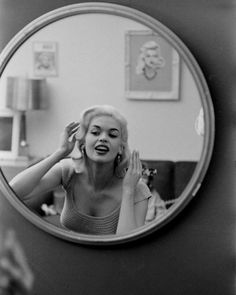 Jayne mansfield ,photographed by peter stackpole, for life magazine of a pop culture . Jayne Mansfield, Old Hollywood Glamour, Vintage Hollywood, Classic Hollywood, Hollywood Vanity, Timeless Beauty, Classic Beauty, Norma Jeane, Christina Hendricks