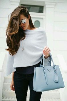 Navy blue camisole, light blue assymetric cashmere poncho jumper shrug, skinny jeans, suede heels, powder blue tote bag and silver jewellery Casual Chique, Style Casual, Street Style Trends, Street Styles, Blue Handbags, Prada Handbags, Prada Tote, Ladies Handbags, Prada Dress