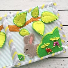 Bugs behind the leaves Diy Quiet Books, Baby Quiet Book, Felt Quiet Books, Quiet Book Templates, Quiet Book Patterns, Baby Crafts, Felt Crafts, Sensory Book, Toddler Books