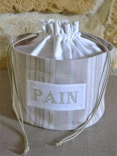 Cute bag, can't remember my French to know what it means, but I would change the word because who wants pain! Drawstring Bag Diy, Sewing Crafts, Sewing Projects, Tie Dye Crafts, Felt Christmas Decorations, Creation Couture, Couture Sewing, Fabric Bags, Applique Quilts