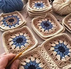 Granny tejido a crochet, tutorial paso a paso Gilet Crochet, Crochet Quilt, Crochet Motif, Crochet Designs, Crochet Stitches, Granny Square Crochet Pattern, Crochet Squares, Crochet Blanket Patterns, Granny Square Bag