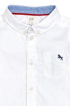 Camisa de algodón: Camisa en algodón Oxford con cuello americano, bolsillo superior con bordado y bajo redondeado.