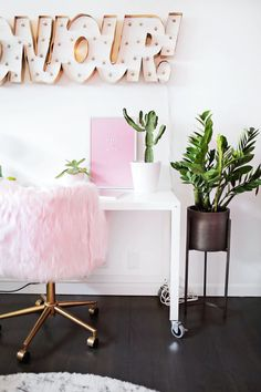 What do you get when you combine a bit of soft pastel pink, trendy indoor houseplants, and some fun signage? A truly inspiring home office—that's what! Check out the full room tour to get ideas for redecorating your creative work space. Pastel Room, Pink Room, Pastel Pink, Home Office Space, Home Office Decor, Home Decor, Office Ideas, Small Craft Rooms, Pink Office