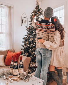 Couple decorating christmas tree, holiday decor, cozy christmas, his and hers holiday outfits Christmas Pictures Family Outdoor, Christmas Pictures Outfits, Christmas Couple, Cozy Christmas, Holiday Photos, Christmas Photos, Holiday Outfits, Primitive Christmas, Family Outfits