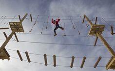 22/Jan/2013 - Mulher pratica arvorismo em estrutura montada no resort de esqui Shimbulak, nas montanhas Tien Shan, no Cazaquistão. Segundo os idealizadores, o novo parque de arvorismo é o mais alto do mundo construído em estrutura artificial, e não em árvores.