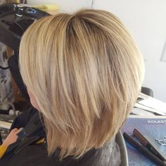 Caramel Blonde Layered Bob Medium hair styles for straight hair also need some layers for a boost of visual interest. If you like this look, layered bobs can be done on any hair type, but suit…More Medium Layered Haircuts, Bob Hairstyles For Thick, Layered Hairstyles, Scrunched Hairstyles, Beautiful Hairstyles, Medium Choppy Hairstyles, Medium Layered Bobs, Medium Undercut, Haircut Medium