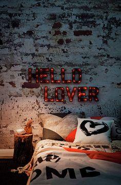 Sypialnia z neonowym napisem