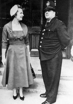 La Primer Ministro recién elegido para el área de Finchley Londres, Thatcher, llega en el Parlamento británico en octubre de 1959
