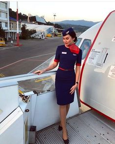 Aeromoça Airline Attendant, Flight Attendant Life, Airline Uniforms, Intelligent Women, Military Women, Girls Uniforms, Fashion Poses, Cabin Crew, Work Attire