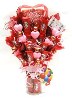 30 Easy and Beautiful Valentine Candy Bouquet Ideas - HomeCoach Valentines Day Baskets, Valentines Day Decorations, Valentine Day Crafts, Candy Bar Bouquet, Gift Bouquet, Candy Arrangements, Valentine Bouquet, Candy Crafts, Chocolate Bouquet