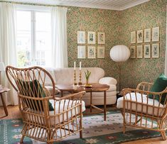 En salong att älska! 💚Klassiska möbler från Svenskt tenn, matta av Märta Måås-Fjetterström och tapet av William Morris. Ombonat och…