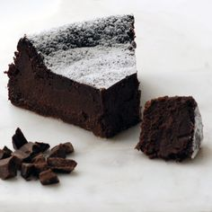 A chocolate cake for the true chocolate lovers out there - rich, succulent and delicious. Magic Chocolate Cake, Chocolate Coffee, Chocolate Lovers, Black Magic Chocolates, Low Carb Recipes, Diet Recipes, Vanilla Essence, Round Cakes, Cake Tins