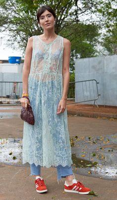 Street style look com vestido, calça e tênis.