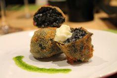 Imagen obtenida de: www.cenaencasa.es   Necesitamos     Arroz negro   100 - 150 gramos de pan rallado   1-2 huevos batidos   Aceite d...