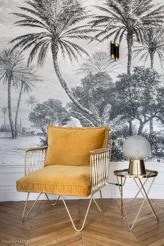 Intérieur Parisien .. Rénovation d'un appartement Haussmannien de 110 m2 par l'agence CAROLINE ANDRÉONI  Mise en valeur du fauteuil Honoré sur fond du décor panoramique Oasis.