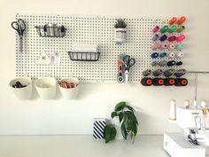 DIY: magnetisk tavle af hulplader | Dottie.dk