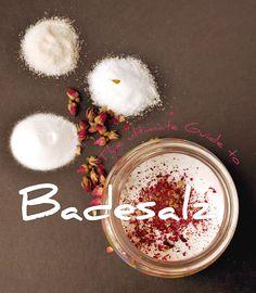 Erfahre, wie du ganz nach deinen Wünschen Badesalz selber machen kannst! Mit Blüten, Duft oder ganz ohne, so wird deine Haut beim Baden zart!