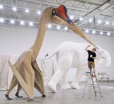 Annährend so groß wie eine Giraffe und mit der Flügelspannweite eines Kampfjets war Quetzalcoatlus northropi eines der größten fliegenden Tiere, die jemals gelebt haben. Dieses lebensgroße Modell, bemalt von Jim Burt im Blue Rhino Studio in Minneapolis, ist für ein Kulturzentrum in Kuwait bestimmt. Foto: Robert Clark #Quetzalcoatlusnorthropi #Dinosaurier