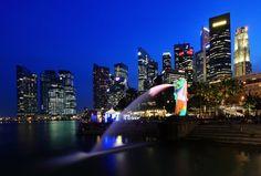 Una vista general de la Merlion y la ciudad del distrito central de negocios el 28 de marzo de 2012 en Singapur