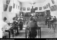 ◦SALÓN DE CLASES Y ESTUDIANTES COLEGIO SANTA LIBRADA. Obsérvese en el salón la separación entre los estudiantes y el profesor. Santiago de Cali, C. 1946
