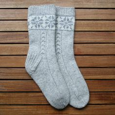 handgestrickte Socken Knitting Projects, Knitting Patterns, Drops Design, Knitting Socks, Knit Socks, Ravelry, Dorothy Day, Leg Warmers, Mittens