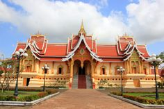 http://www.vietnamitasenmadrid.com/laos/wat-thatluang-neua.html Palacio Wat That Luang Neua junto a la gran estupa dorada Pha That Luang