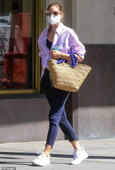 Here she comes:Olivia Palermo debuted another new face mask on Wednesday afternoon she ve... Olivia Palermo Street Style, Olivia Palermo Lookbook, Fashion Face Mask, Star Fashion, Fashion 2020, Fall Fashion, Petite Fashion, Casual Outfits, My Style
