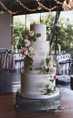 Romantic yet elegant wedding cake with fondant texture and rose gold accents, with sugar (gumpaste) roses and foliage, arranged in a very organic way on the cake. By the Turquoise Squirrel Patisserie Creative Wedding Cakes, Fall Wedding Cakes, Elegant Wedding Cakes, Wedding Cake Designs, Table Wedding, Wedding Gowns, Wedding Ideas, Diy Wedding Magazine, Luxury Cake