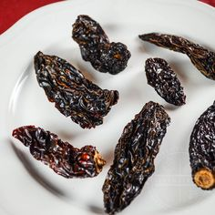 A handy primer and guide to the most common and important Mexican chilies, arranged categorically, with links to individual guides for each variety. Chili Recipes, Mexican Food Recipes, Mexican Chili, Dried Peppers, Chipotle Pepper, Mexican Cooking, Stuffed Jalapeno Peppers, Dinner, Hot