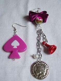 Random (Purple) - Al azar (Púrpura)  Aretes de figuras plásticas, acrílicas, metálicas, de vidrio, cinta ilusión y perlas