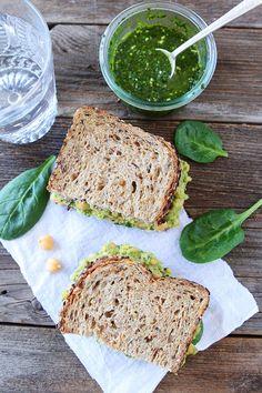Smashed Garbanzo, aguacate y pesto sándwich de ensalada Receta de twopeasandtheirpod.com Me encanta este sándwich fácil y saludable!  Es mi favorito!